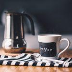 Café chaud servi avec nos formules petit-déjeuners Mimi Canette