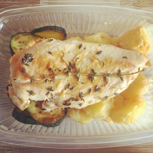Plat du jour: poulet citron-thym, fondue de poireaux au kaffir et riz thaï